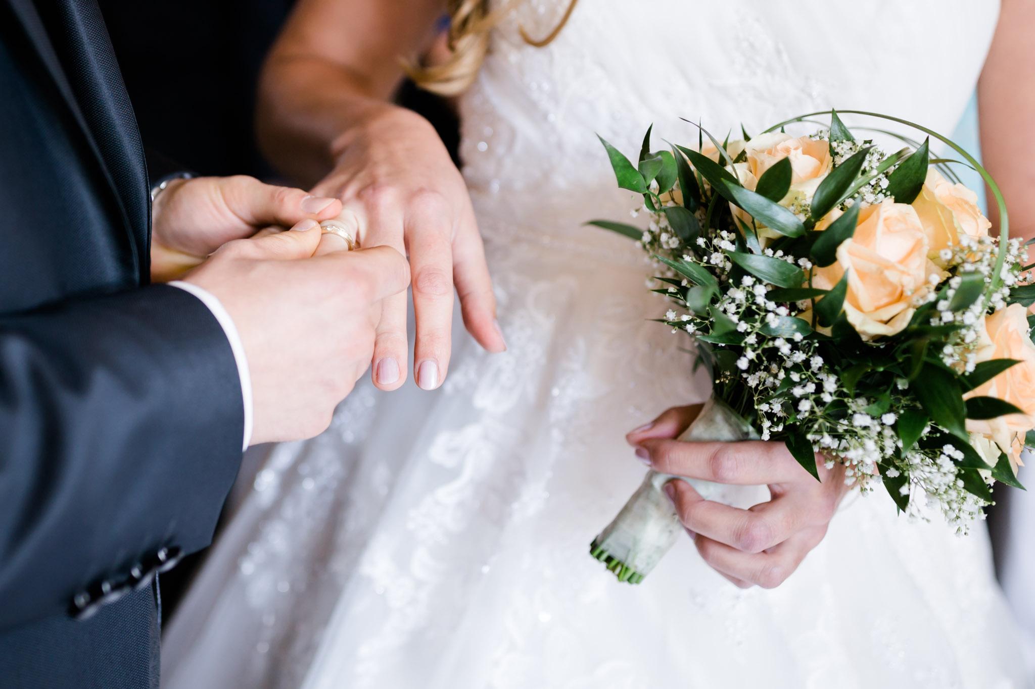Hochzeit Karina & Christopher auf Schloß Lüdersburg Ring anstecken