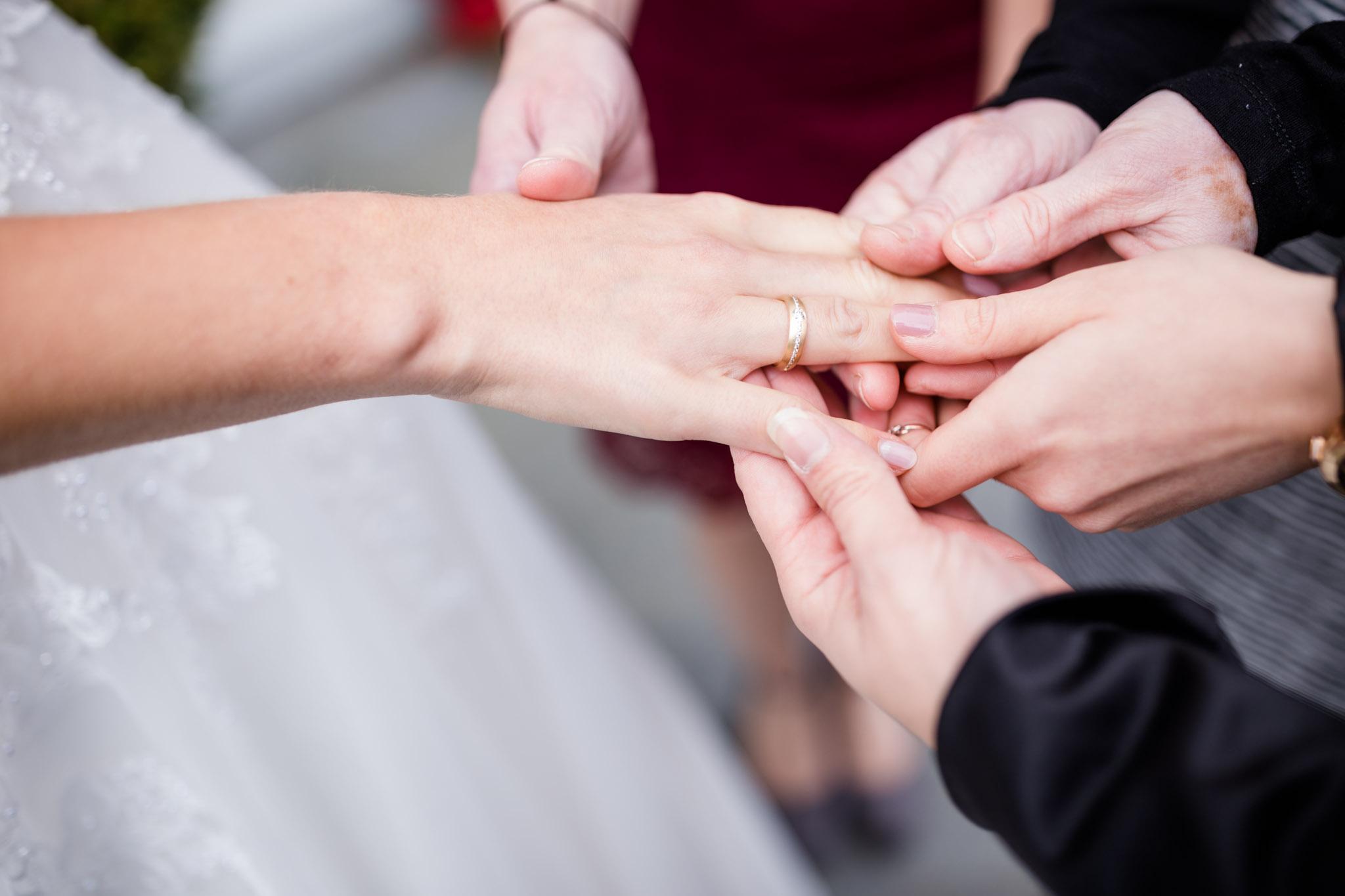 Hochzeit Karina & Christopher auf Schloß Lüdersburg Ring zeigen
