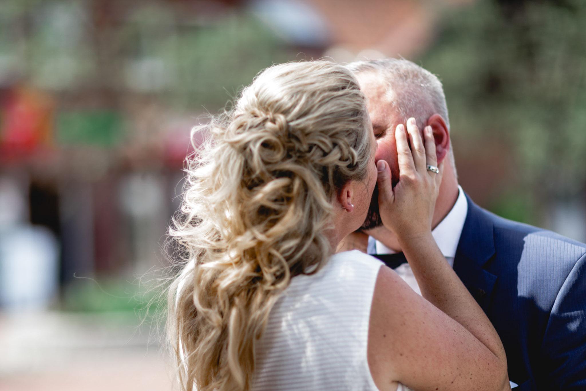 Hochzeitskuss vor der Kapelle