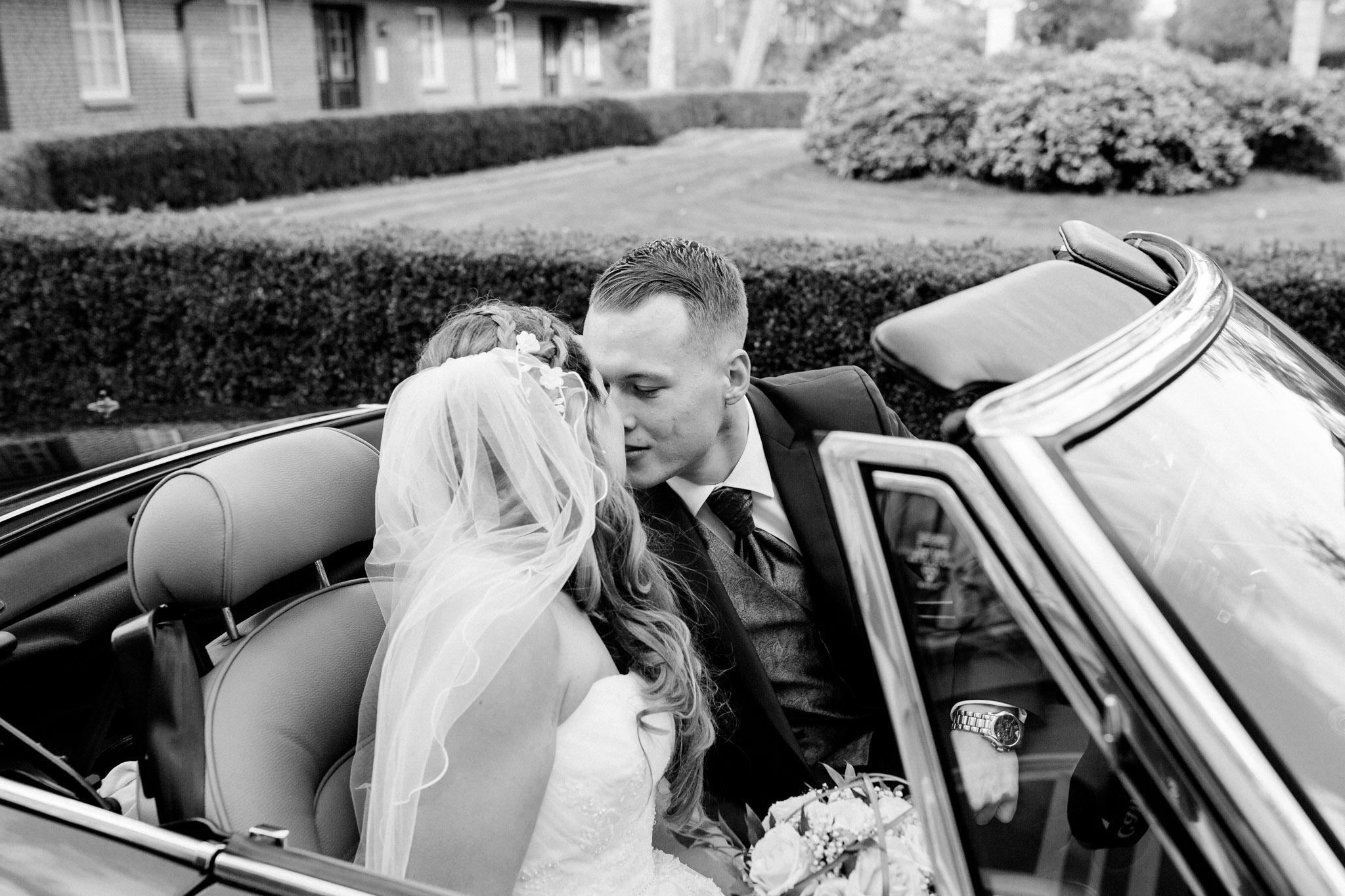 Kuss im Cabrio