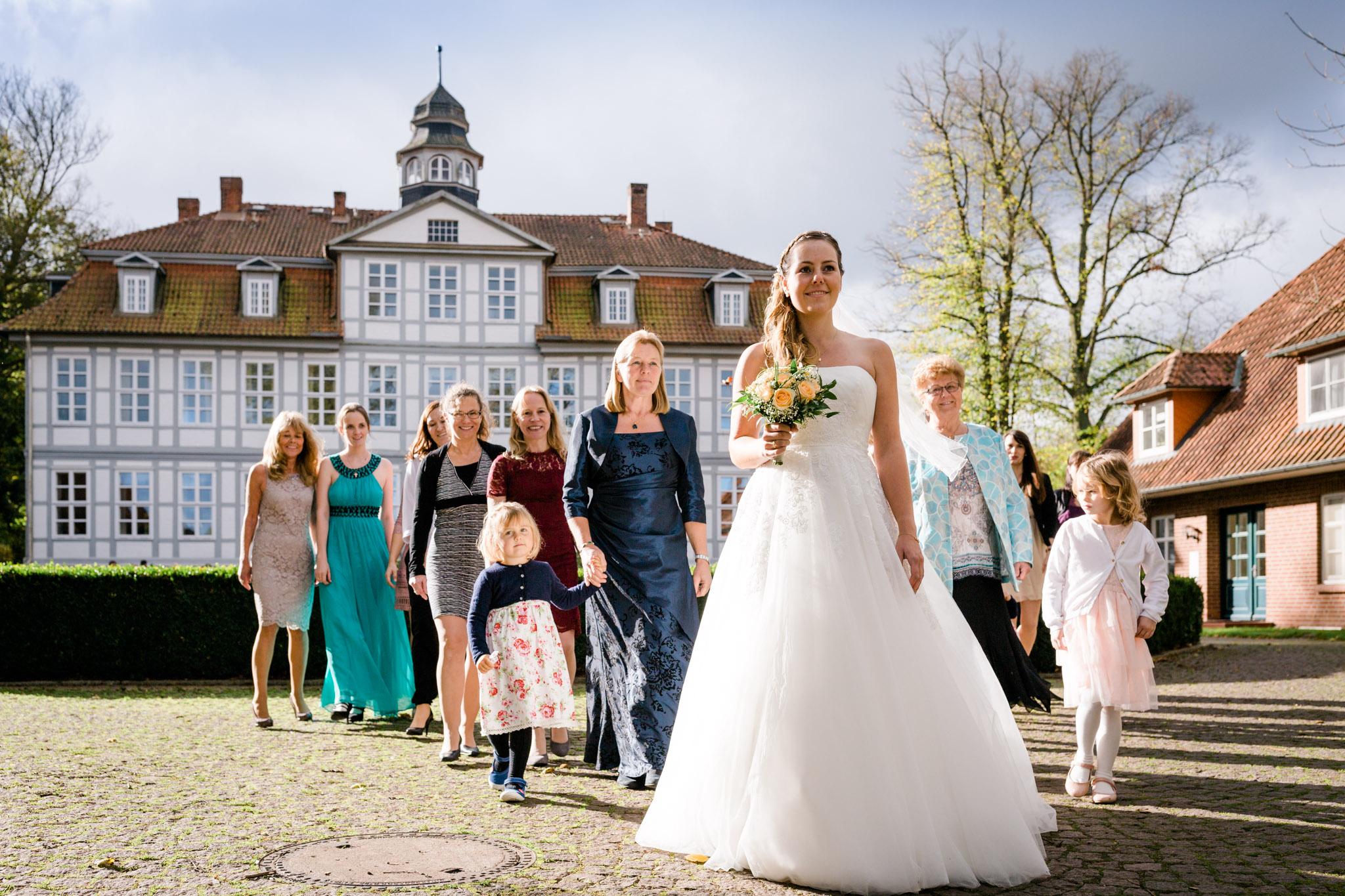 Hochzeit Karina & Christopher auf Schloss Lüdersburg Braut vor Gruppe