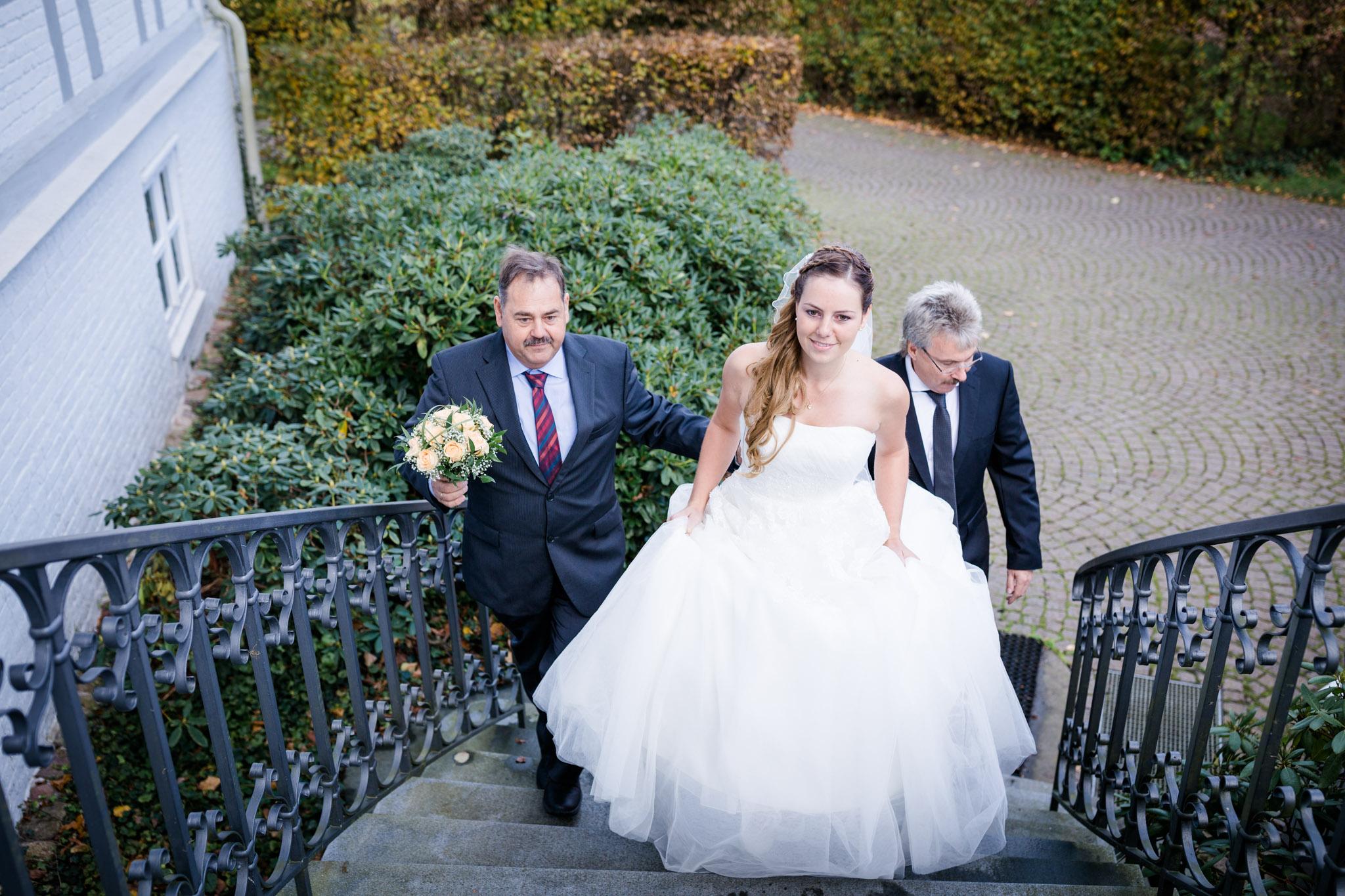Hochzeit Karina & Christopher auf Schloss Lüdersburg Braut kommt zur Trauung