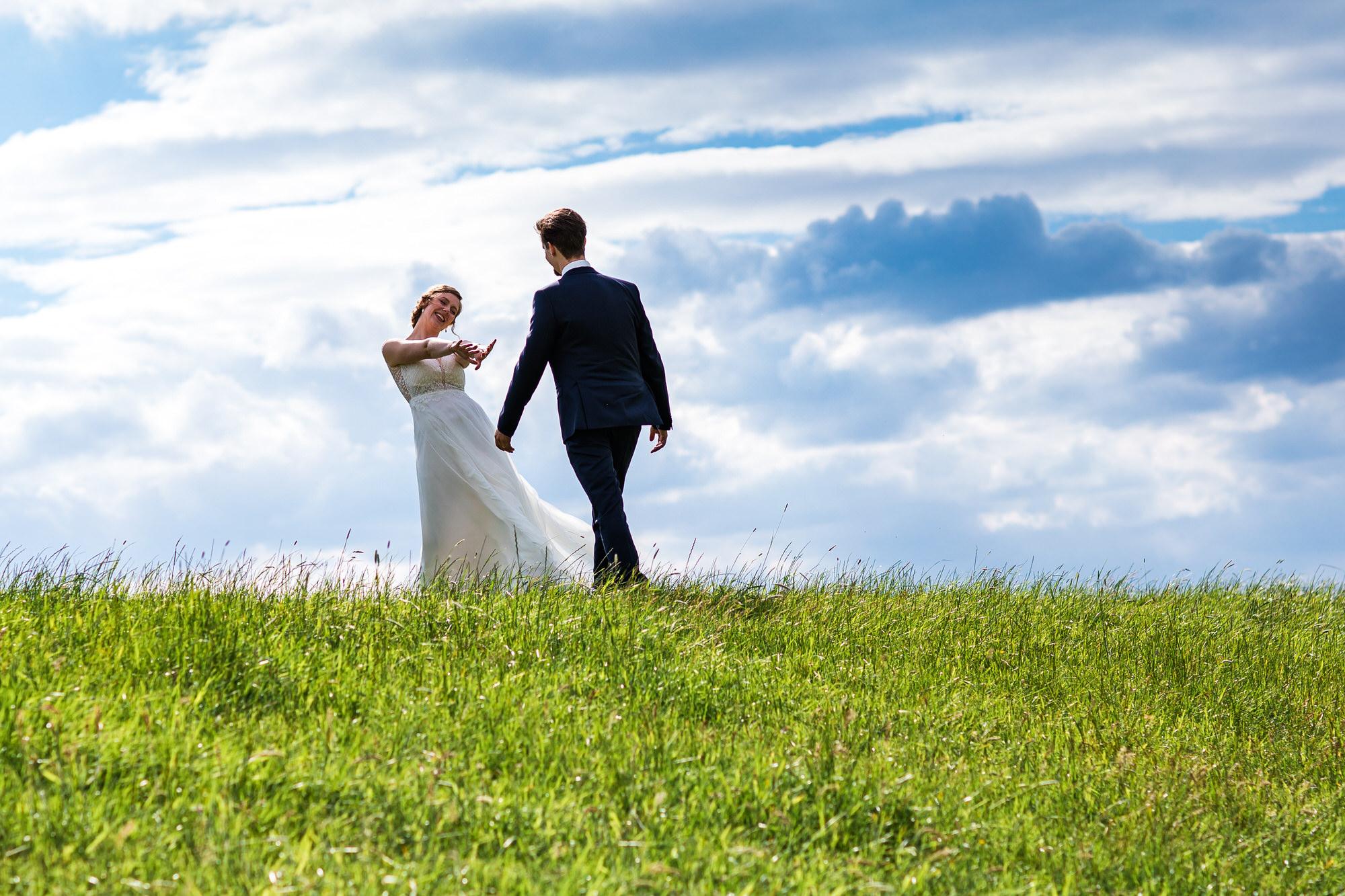 Braut trifft Bräutigam am Deich