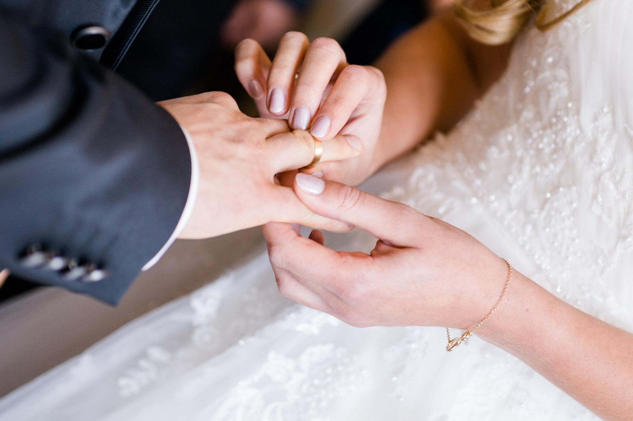 Schloß Lüdersburg Braut steckt Bräutigam Rin an den Finger
