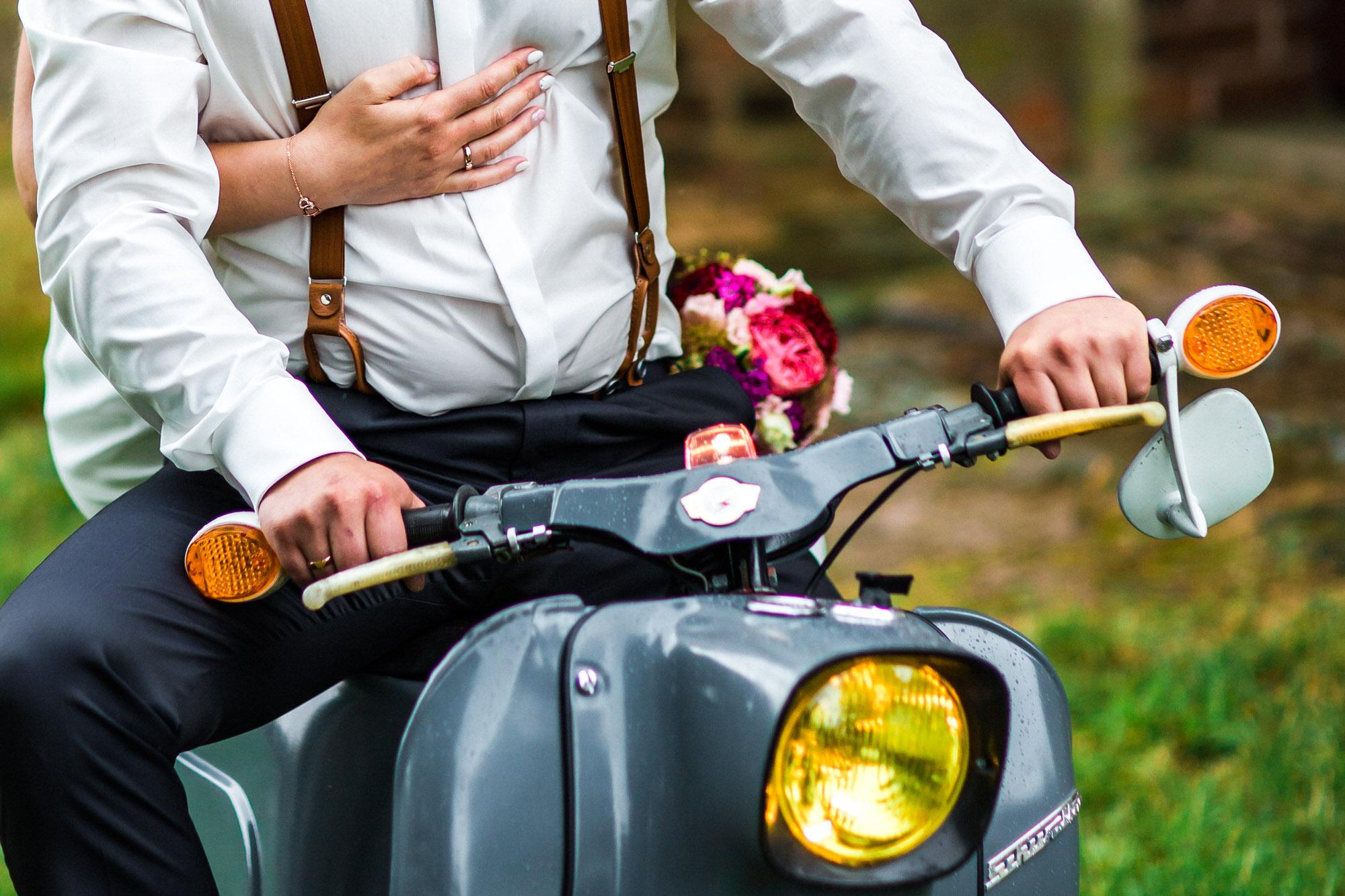 Brautpaar auf dem Moped