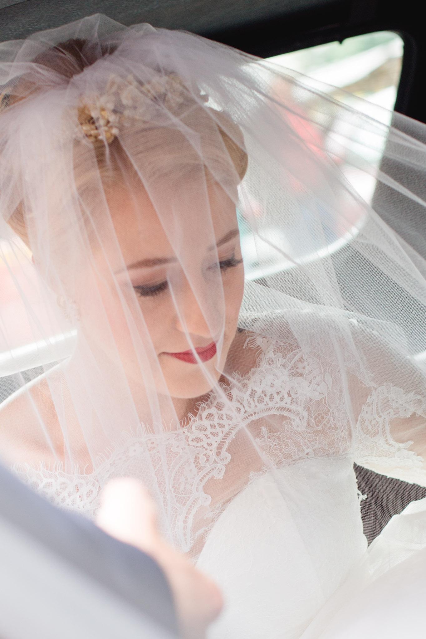 Braut wird zur Trauung gefahren
