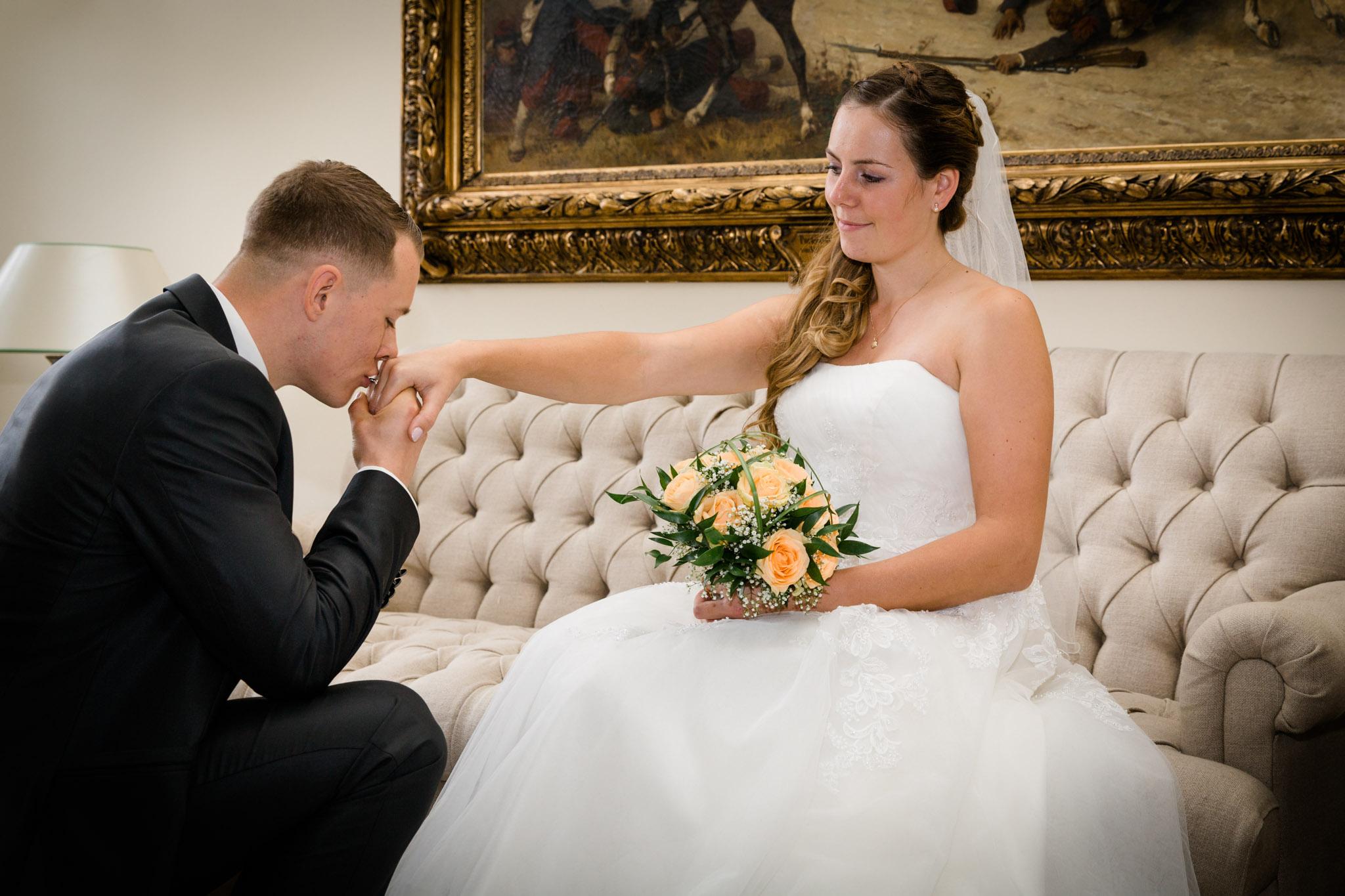 Hochzeit Karina & Christopher auf Schloss Lüdersburg Handkuss