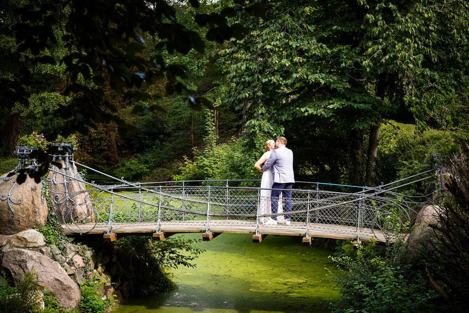 Hochzeitspaar auf der Märchenbrücke Schloss Bergedorf Hamburg