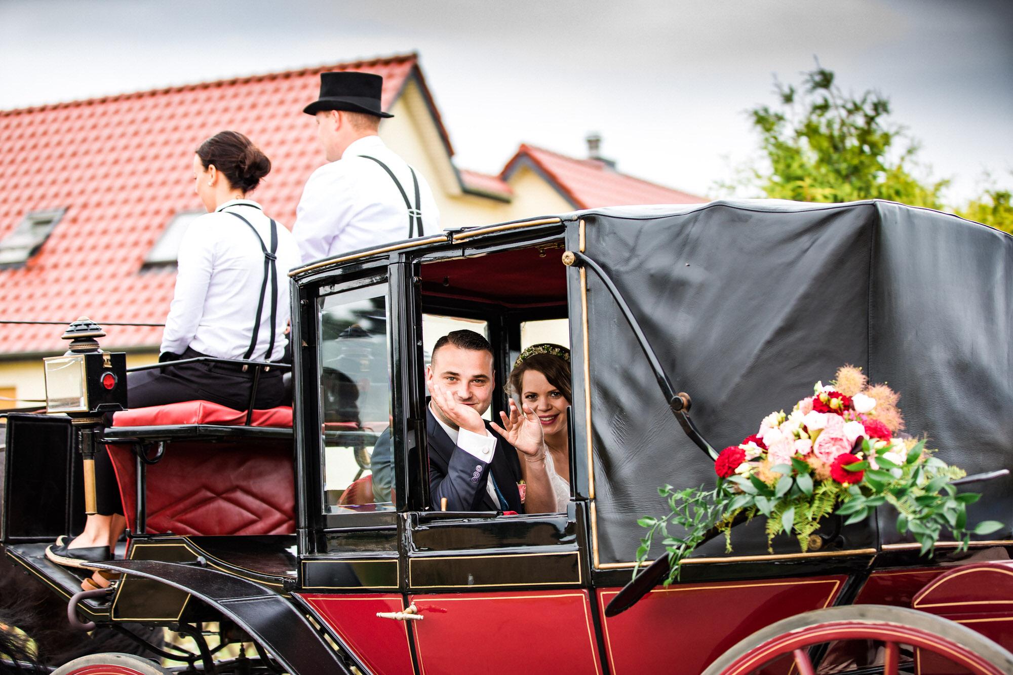 Brautpaar in der Hochzeitskutsche