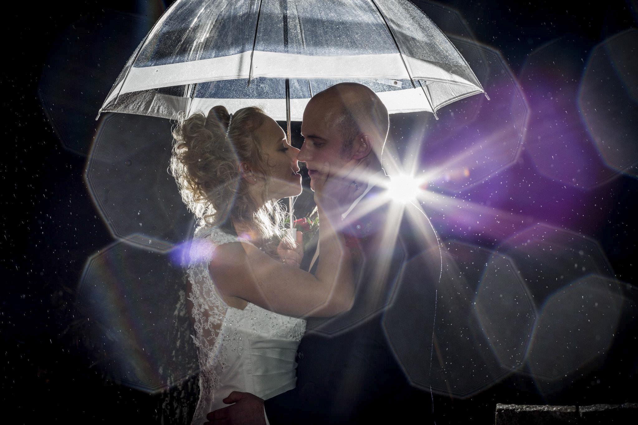 Brautpaar unterm Regenschirm