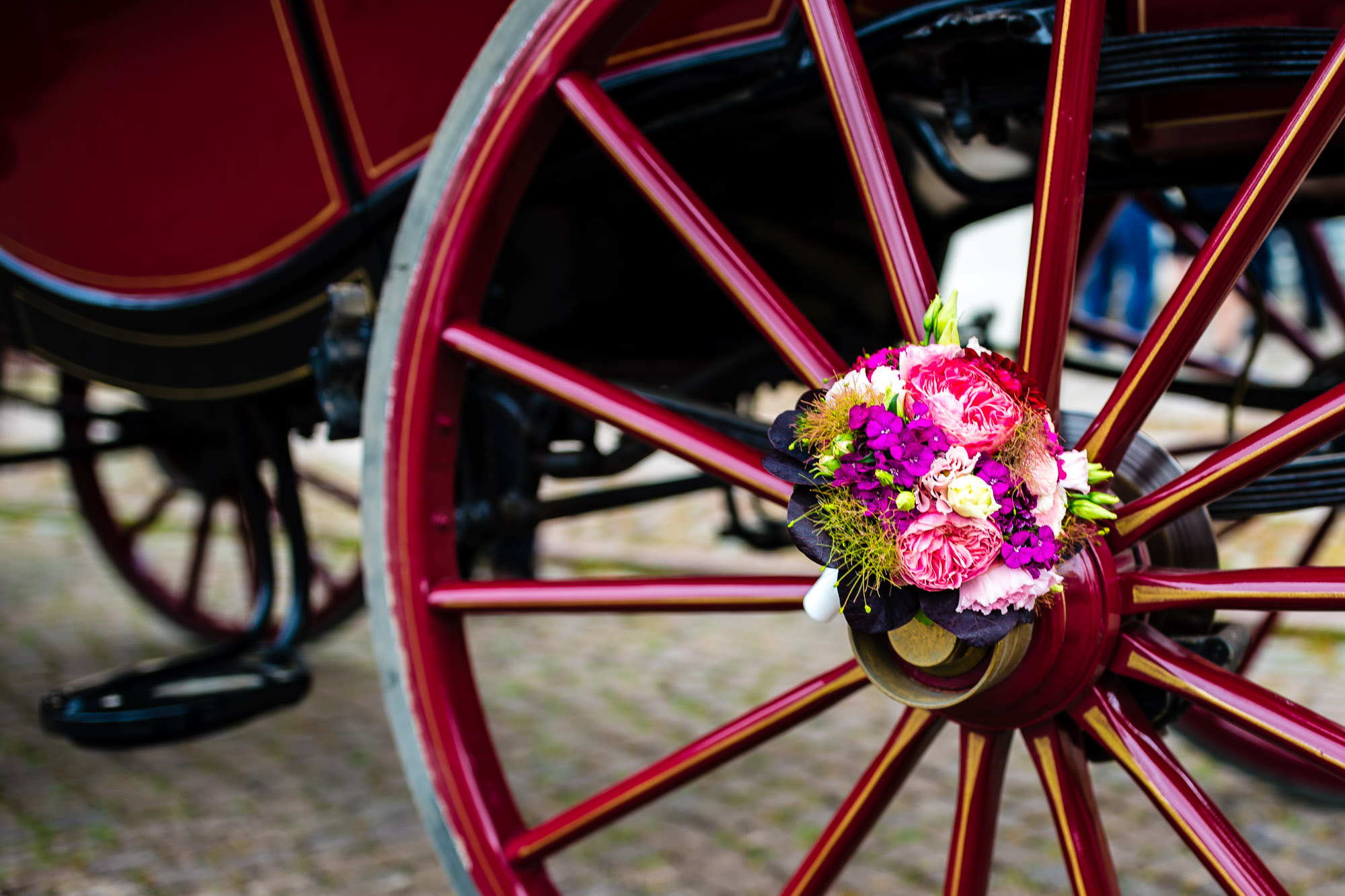 Brautstrauß an der Hochzeitskutsche