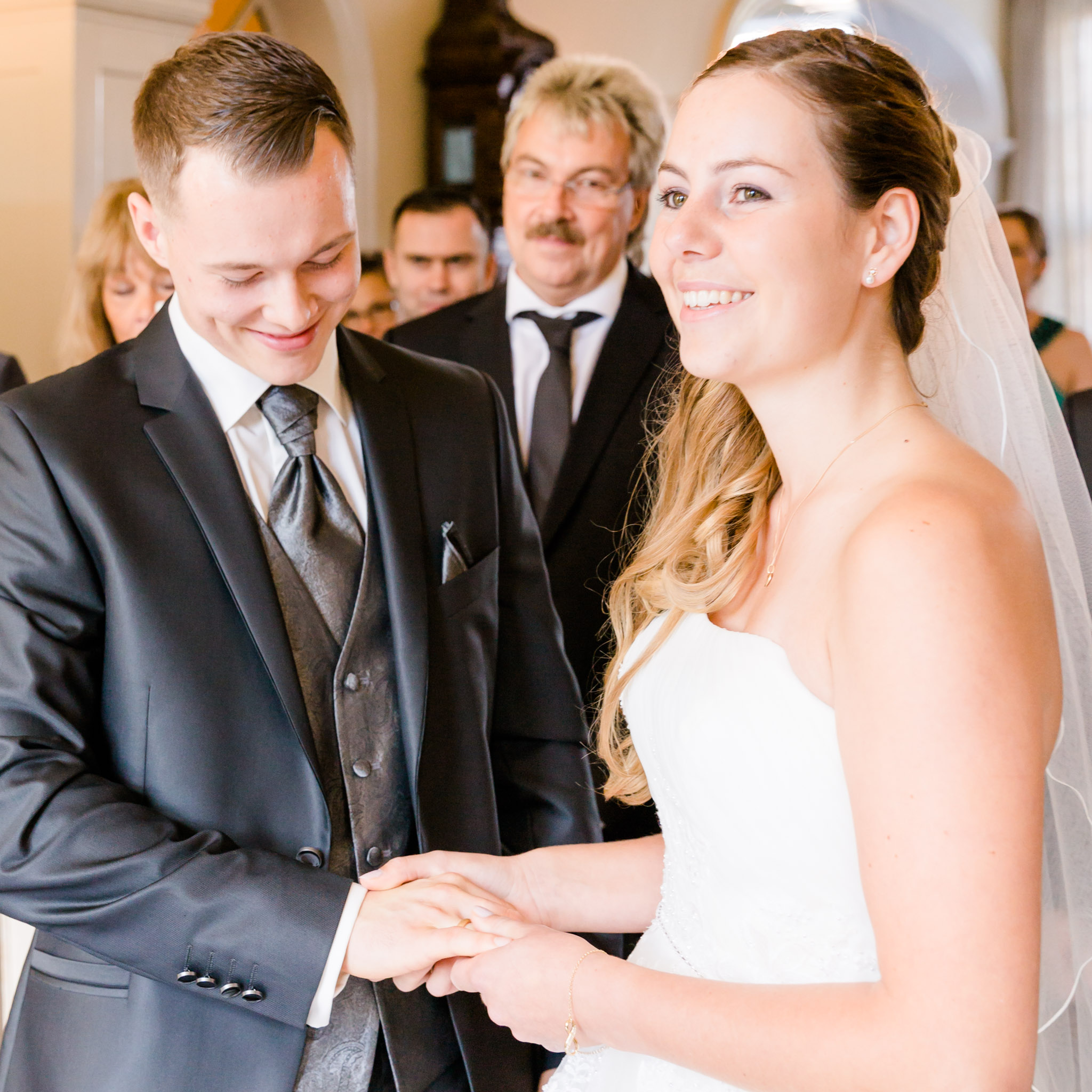 Hochzeit Karina & Christopher auf Schloß Lüdersburg Hand halten