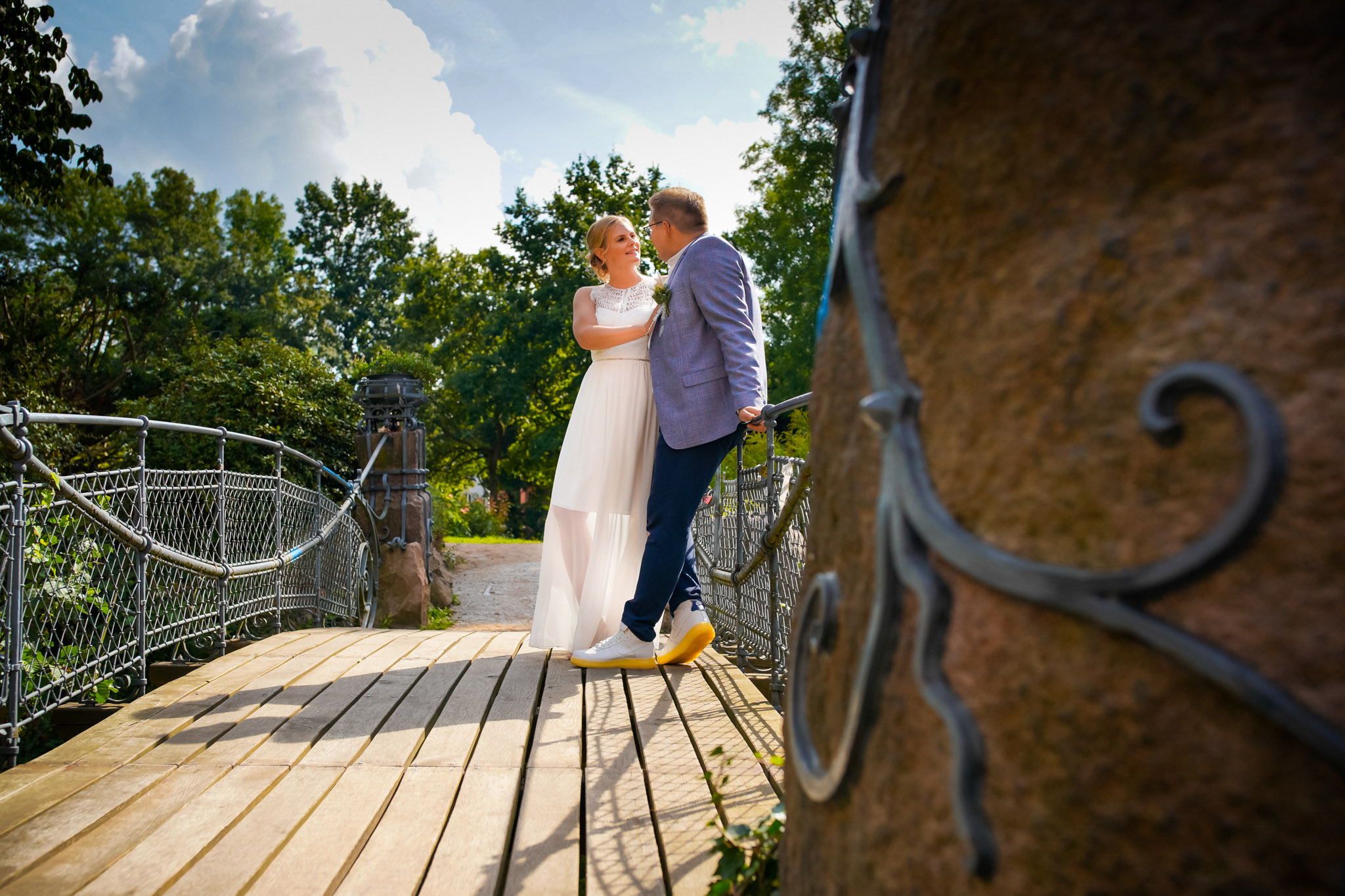 Brautpaar auf der Märchenbrücke am Schloss Bergedorf