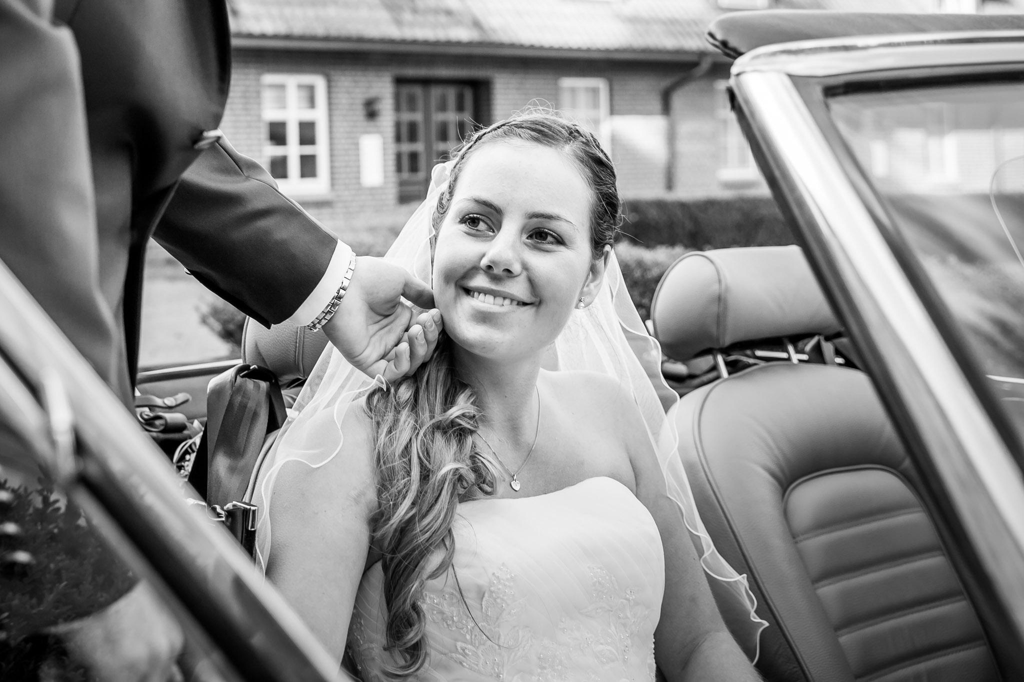 Braut im Cabrio vor Schloss Lüdersburg 35