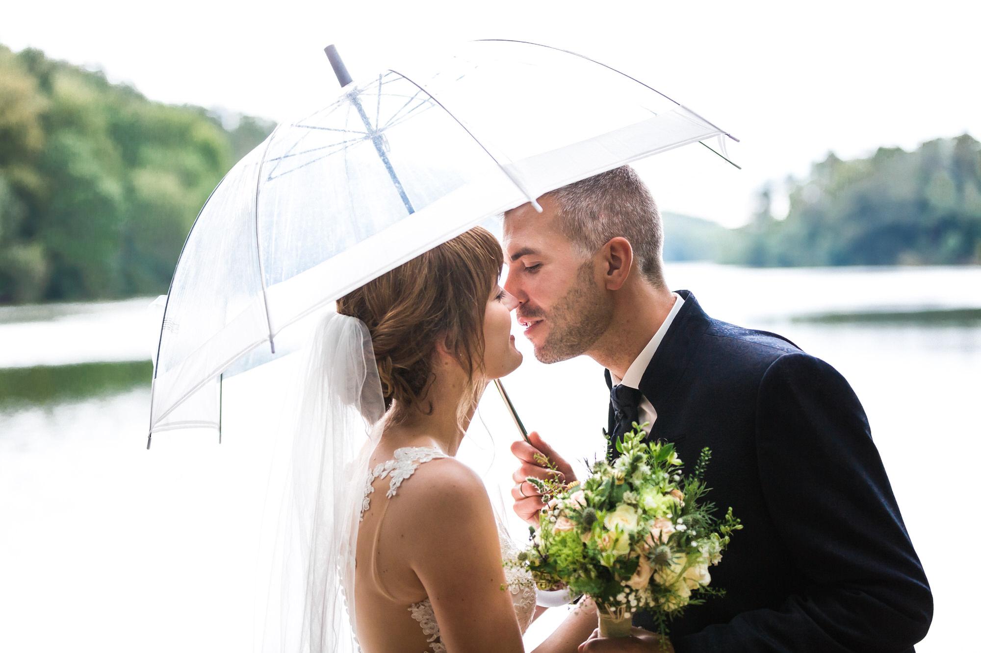 Brautpaar unterm Schirm