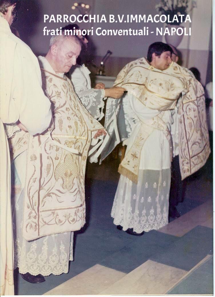 Vestizione dei paramenti sacri.