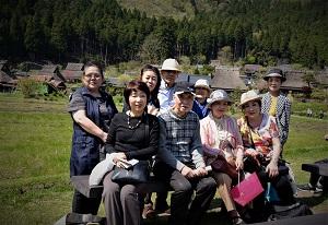 美山を背景に全員集合写真