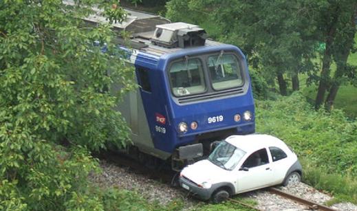 """Collision à Genêve sur la ligne d'Annemasse, le 28 juillet 2011.  Auteur : """"trams aux fils"""".  Clic vers article..."""