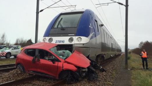 Violente collision avec le TER Rennes-Saint-Malo, le 4 mars 2016 vers 14 heures.  Pas de victimes à déplorer   Clic vers article Le Télégramme