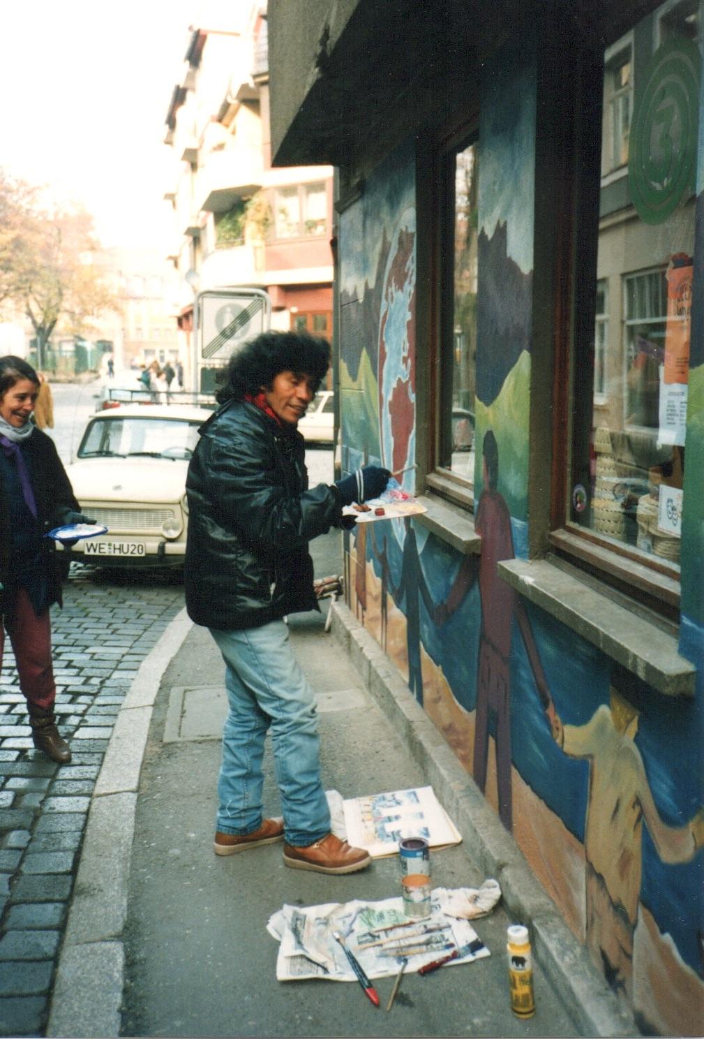 Die erste Fassade, gemalt von Elio Nino (Bolivien) mit seitlichem Eingang