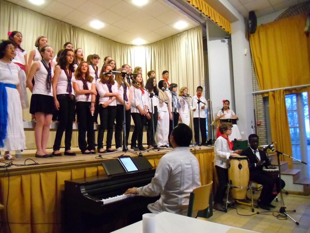 La Chorale de Marie Curie, l'Ensemble Vocal de Jeunes de Cordoba Veracruz (Salomon Hdz. au piano) et les deux percussionnistes de la Chorale