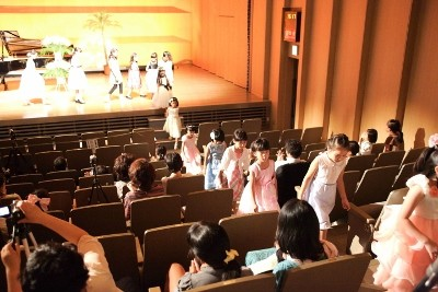 ステージから花道を通って客席へ
