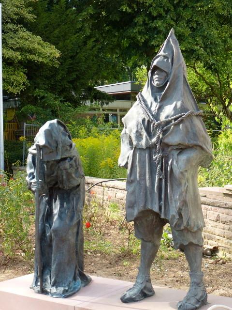 Ein großer Moment. Heute wurde die Bronzefigur des Kräuberweib enthüllt. Sie steht direkt neben der Freilichtbühne neben dem Henker von Bergen.