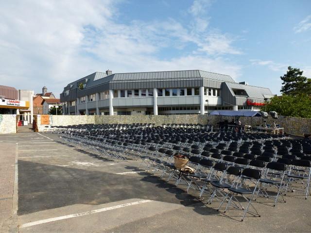 Noch ist der Schelmenburgplatz leer.  Das Wetter ist perfekt für die Freilichtaufführung am Abend.