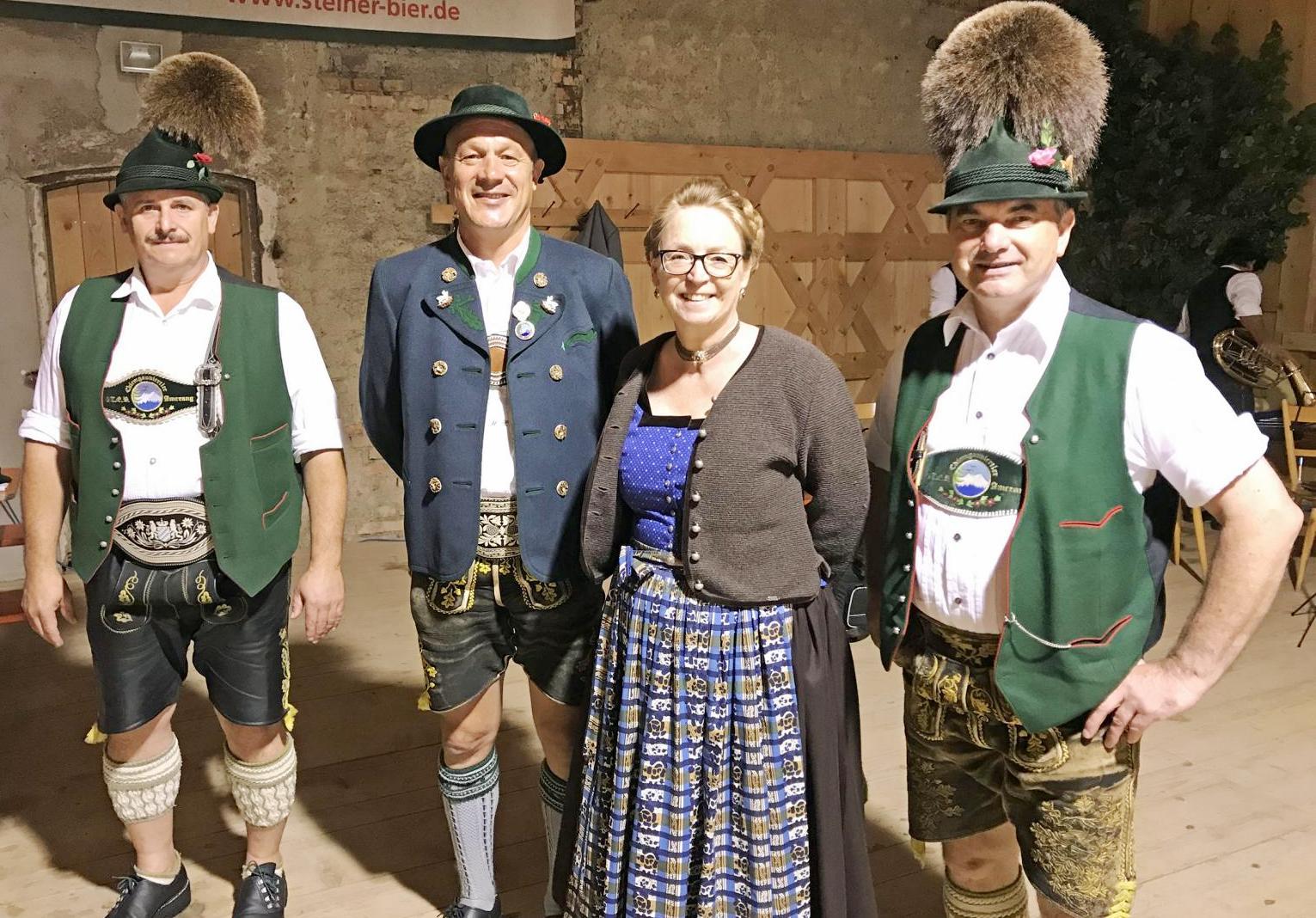 von links: Korbinian Hainz, Gauvorstand Miche Huber mit Frau Claudia, stellv. Gauvorstand Georg Westner