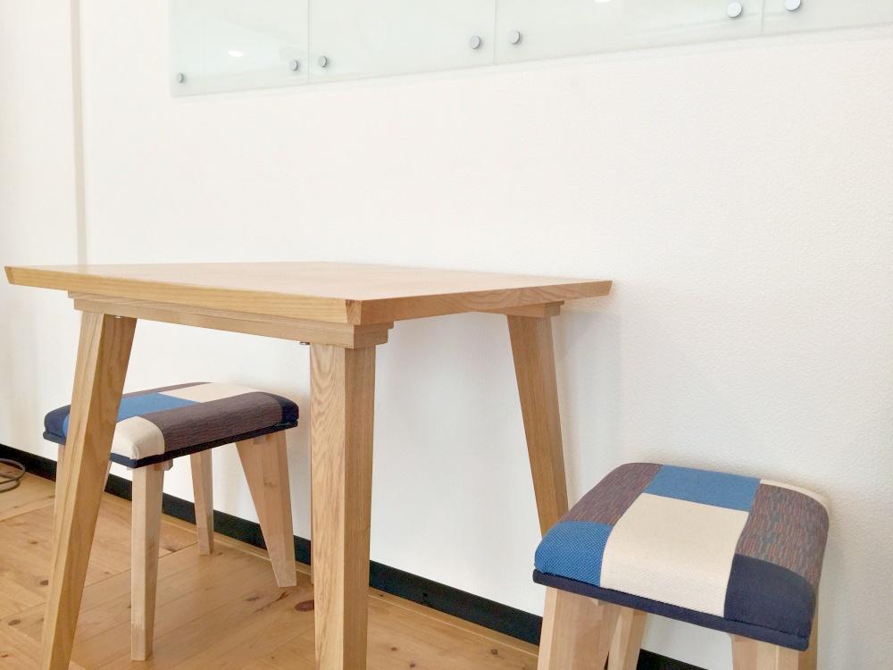 小さなテーブルと椅子が4脚