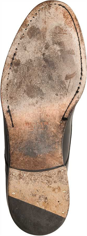 Beim durchgenähten Schuh ist die Sohle meistens verdeckt unter der Sohle oder im Riss genäht. Selten ist sie wie hier offen auf der Sohle sichtbar.