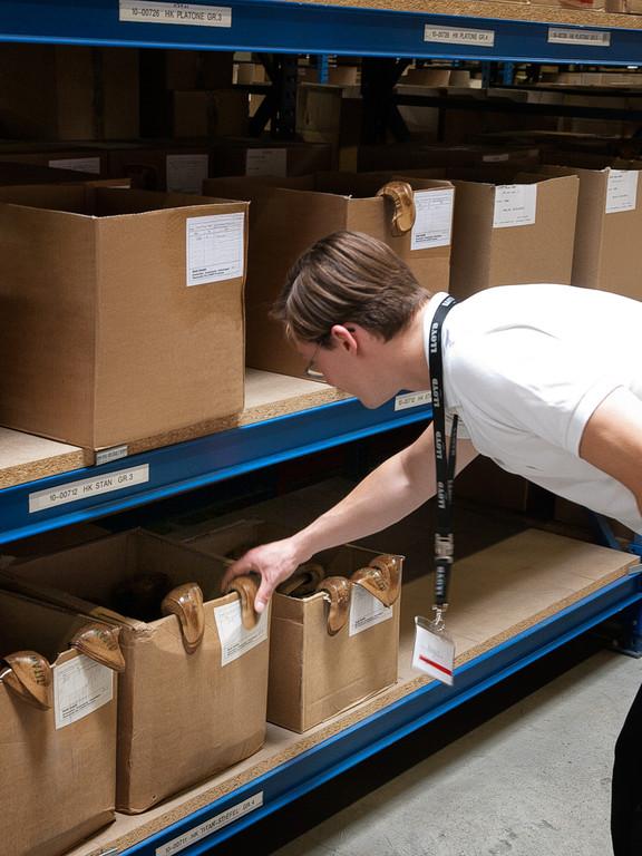 In diesen Kisten befinden sich die Hinterkappen, die dem Schuh im Fersenbereich Stabilität verleihen.