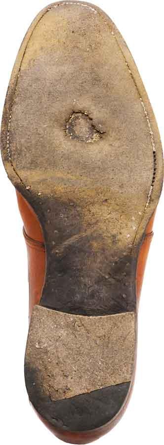 Bei diesem Rahmengenähten Schuh ist das Gelenk holzgenagelt, erst danach beginnt die Dippelnaht auf der Innenseite am Ballen und endet auch aussen weit vor der Absatzfront. In einen tiefen Riss gearbeitet, war die Naht lange Zeit nicht zu sehen.