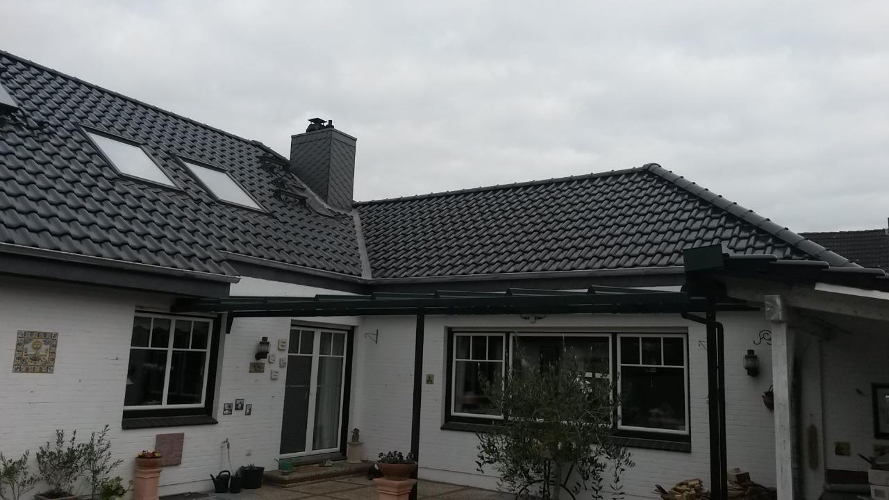 Dacheindeckung mit Flachdachziegel Creaton Futura, schwarz glasiert