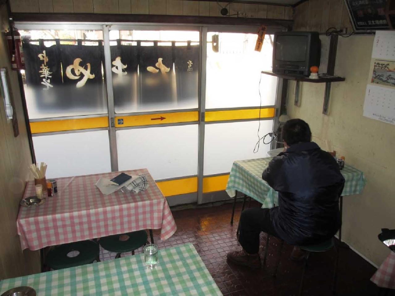 店内は4人賭けテーブル1台、2人掛けテーブル3台が設置されている