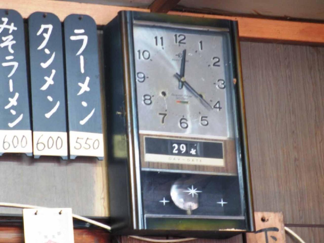 昭和を彷彿とさせる掛け時計があり、今も時を刻んでいる。