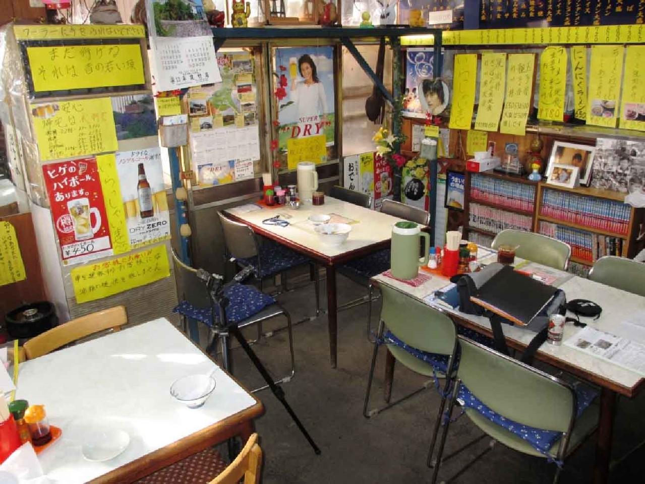 店内には、4人掛けのテーブル3台と小上がりの座敷にこれまた4人掛けのテーブルが3台設置されている。