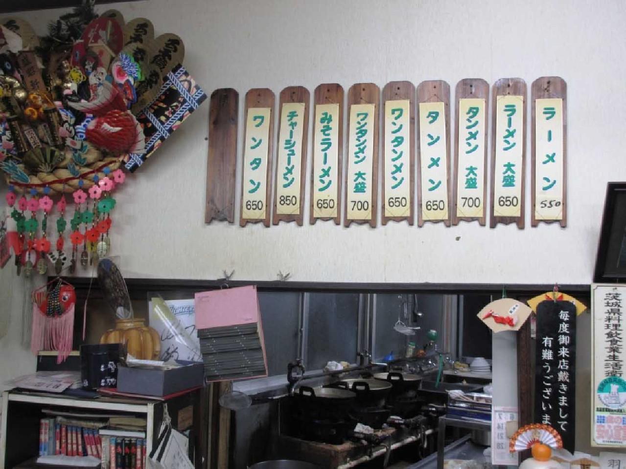 メニューは壁に掛かったメニュー札から選ぶ。一番左の空欄木札にはの冷やしラーメンが夏季限定でお品書きされる。