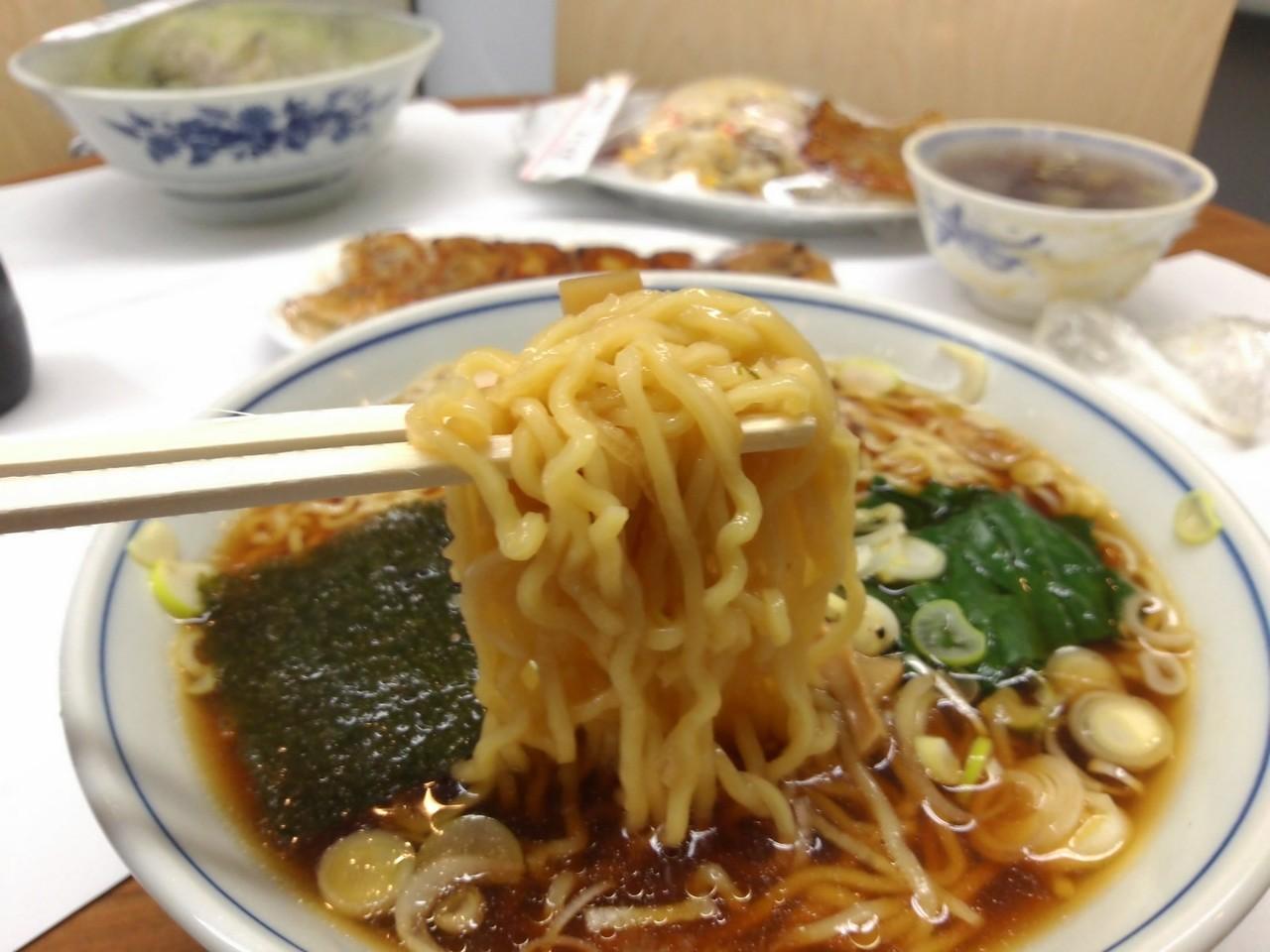 中細縮れ麺がスープによく絡む。