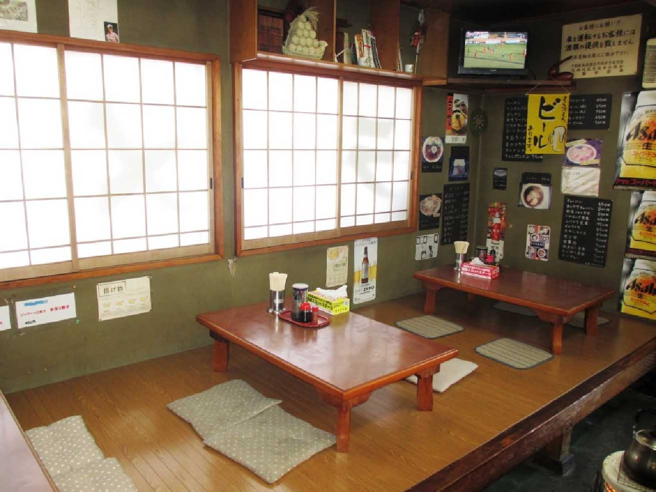 4人掛けテーブルが2台、小上がりには、4人掛けのテーブルが3台そしてカウンター4席が設置されている。