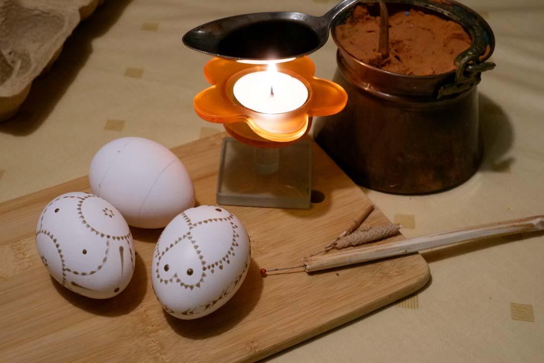 anleitung ein osterei in wachstechnik zu bemalen sorbische ostereier als geschenk f r das. Black Bedroom Furniture Sets. Home Design Ideas