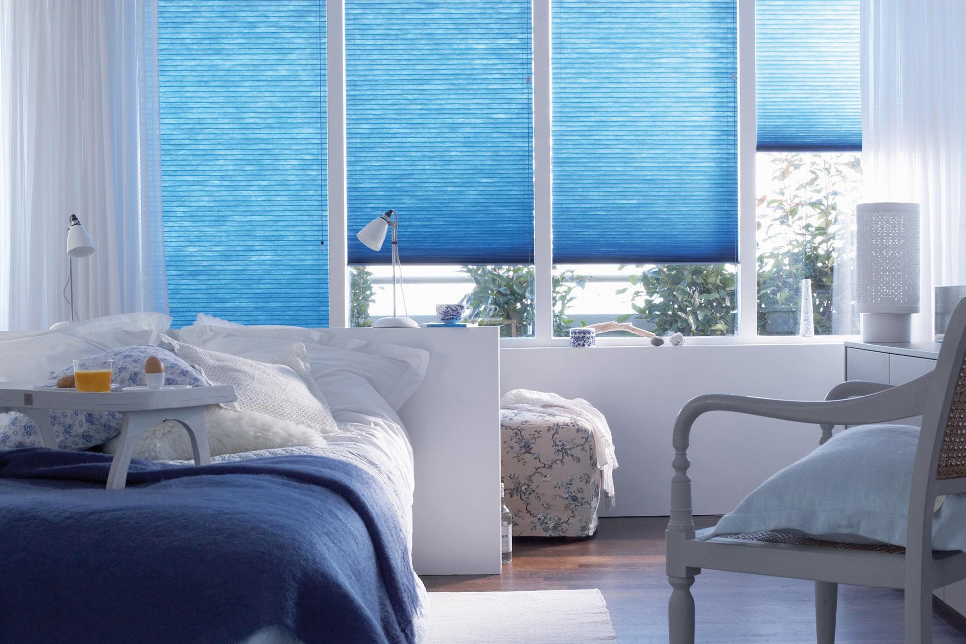 Wabenplissee im Schlafzimmer für angenehmes Schlafklima, Bild: Duette, Wabenplissee blau
