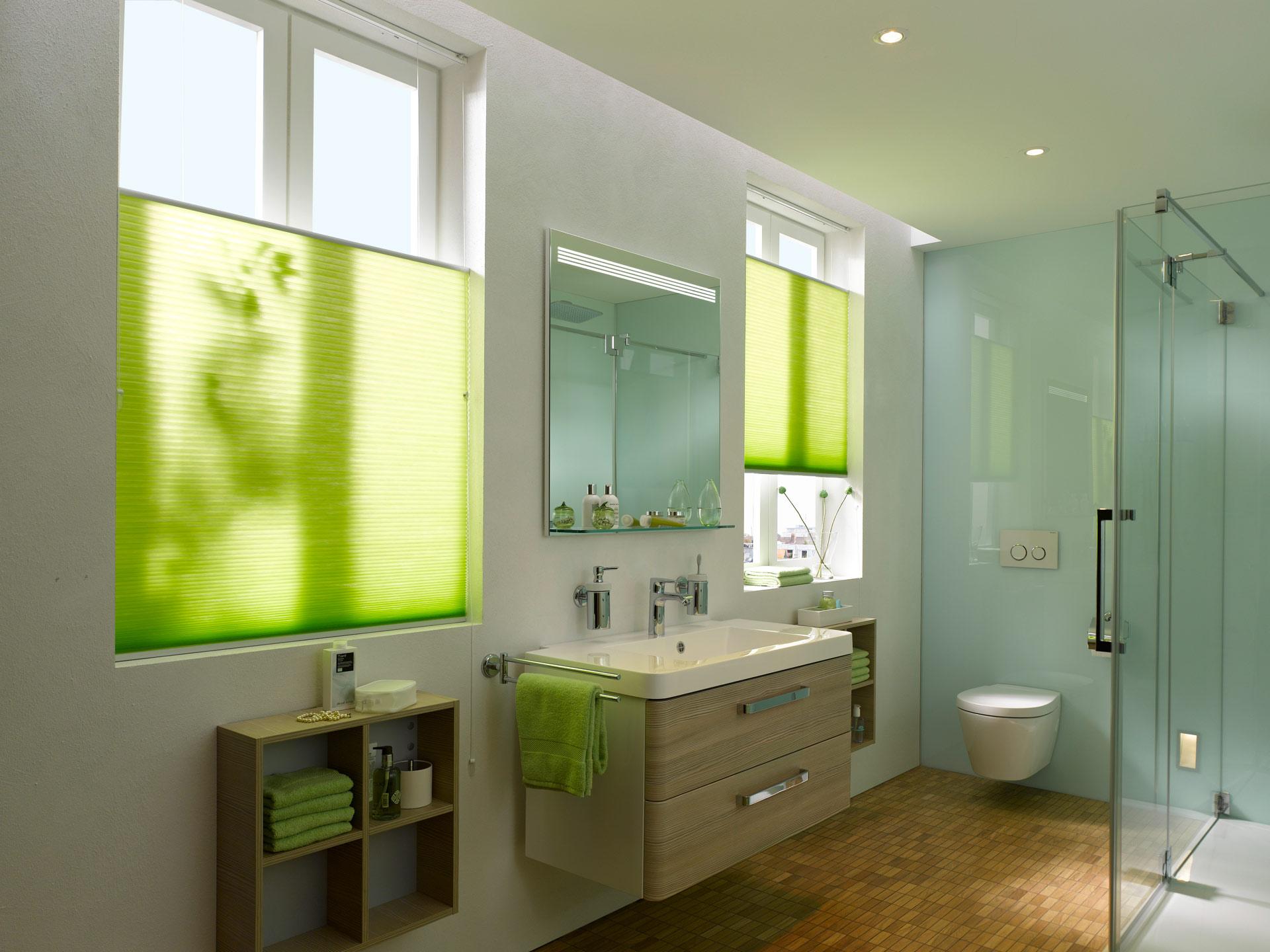Im Bad bieten Wabenplissees modernen und praktischen  Sichtschutz, Sonnenschutz, Bild: Duette