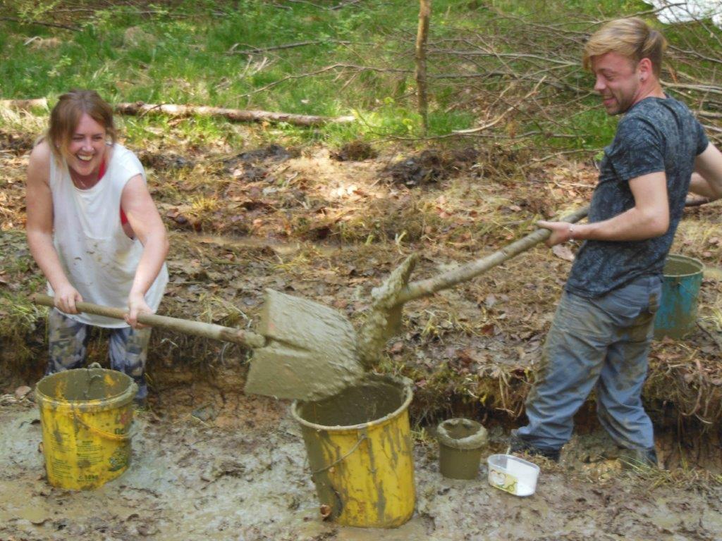Ausputzen und Aufbereiten der Laichgewässer für Gelbbauchunken (Bild S. Winter)