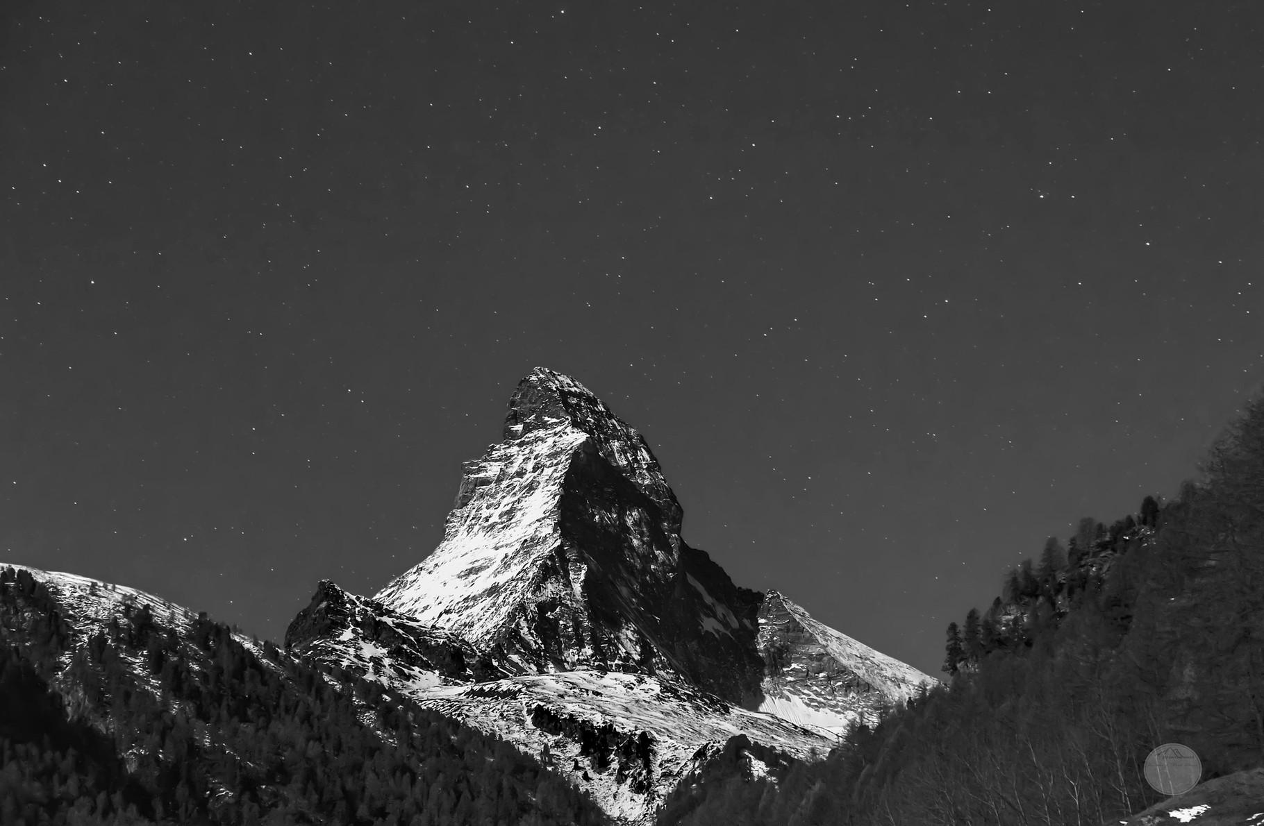 """Bild: Matterhorn bei Nacht in schwarz-weiß, Zermatt, Schweiz, """"clear moonlight night"""", www.2u-pictureworld.de"""