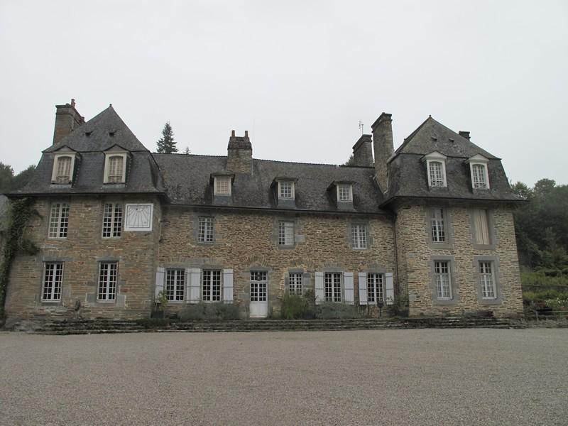 MAISON DU MAITRE DES FORGES.  Le maitre des forges habitait dans une grande maison bourgeoise, qui se situe au milieu du village. Les propriétaires d'aujourd'hui y vivent toujours.