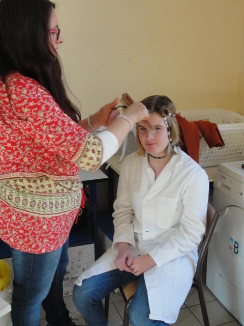 ... se faire coiffer par une experte (Mme Bouguerra)...