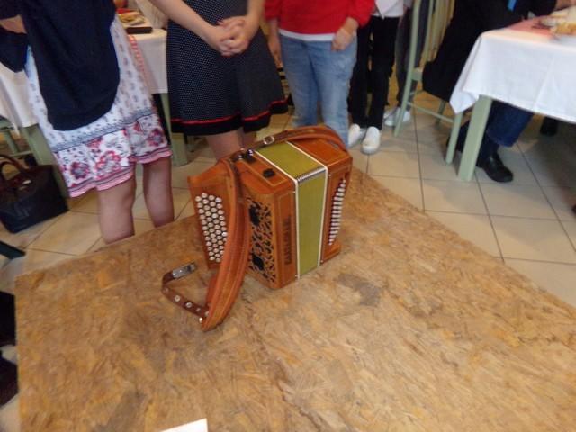 L'animation musicale se met en place, avec l'indispensable accordéon...