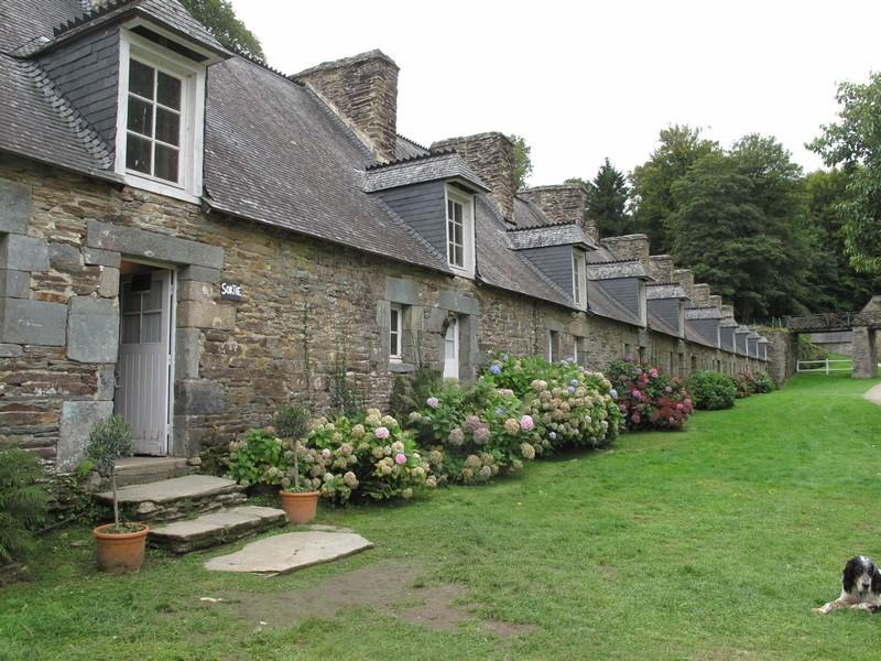 LES ONZE MAISONS DES FORGERONS.  Les forgerons, ouvriers à la forge, habitaient dans une rangée de petites maisons avec chacune une cheminée et une lucarne.