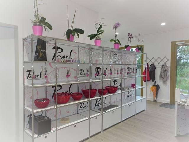 das Pearl Nails and More bietet der Kundin eine vielfalt an innovativen Nailart Produkten